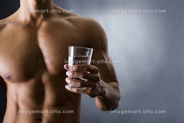 水を飲む男性の販売画像