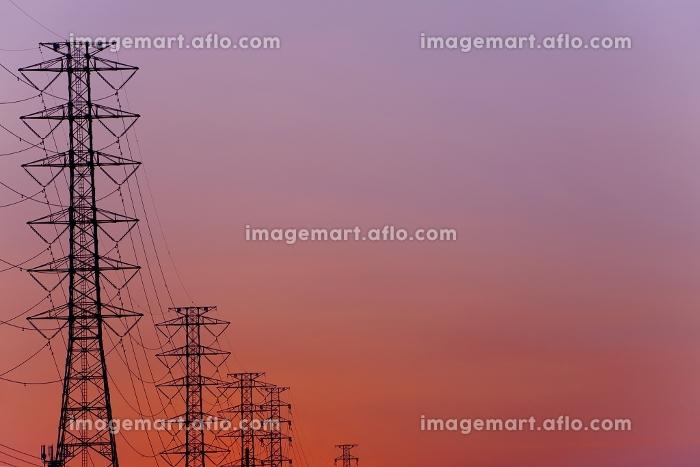 夕焼けと電気鉄塔の販売画像