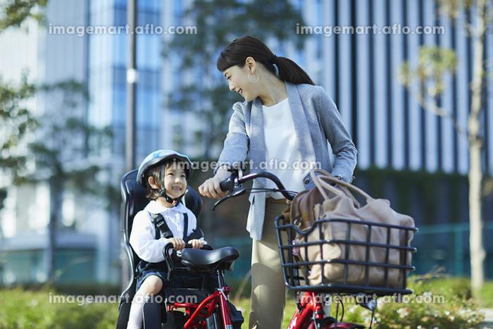 自転車で送り迎えをするお母さん