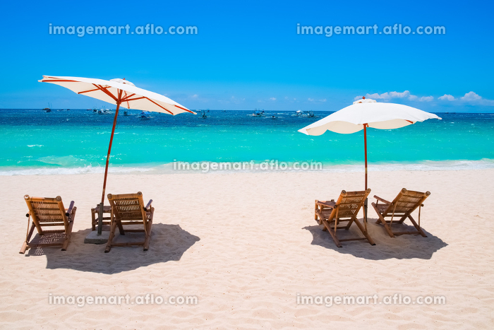 White sand beach with umbrellas and chairsの販売画像