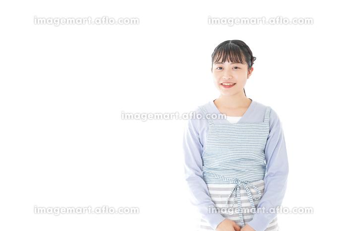 ほほえむ若い主婦の販売画像