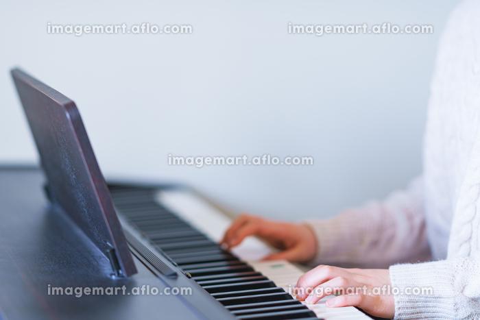 外出を控え自宅でピアノを弾いて過ごす女の子【ウィズコロナのニューノーマル】の販売画像