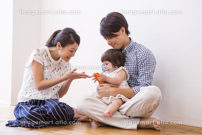 子供と遊ぶ家族