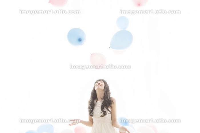 風船と戯れる女性の販売画像