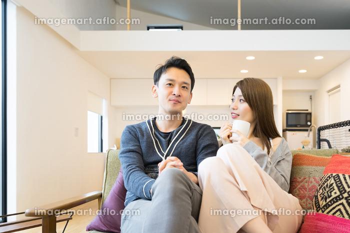 ソファで会話する夫婦(カップル)の販売画像