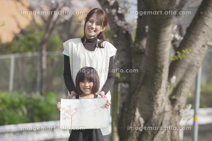 お絵描きを見せる親子の販売画像