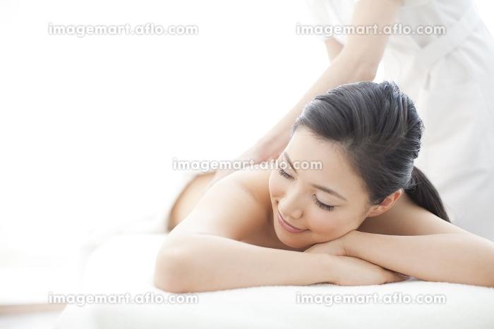 エステサロンで施術を受けている女性