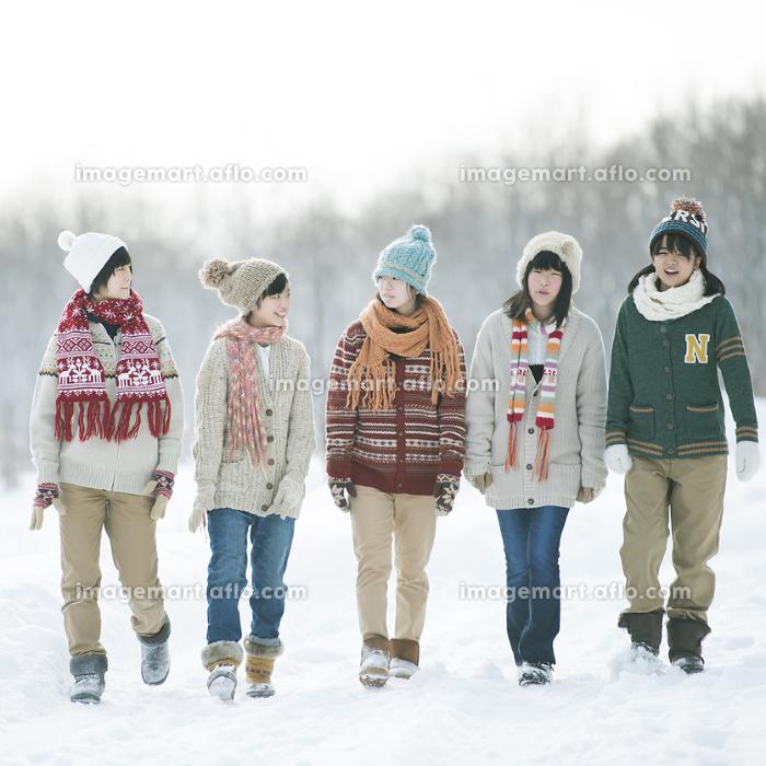 雪道を歩く中学生の販売画像