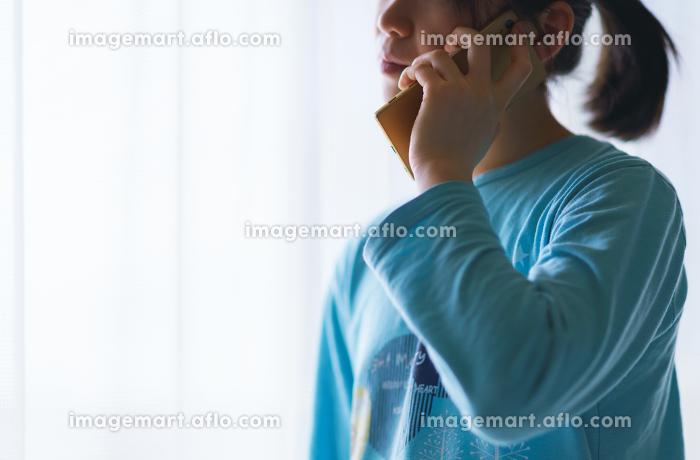 朝起床してスマホで会社に体調不良を電話連絡して出社を見合わせる【ウィズコロナのニューノーマル】の販売画像