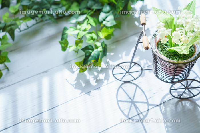 自転車の雑貨とスズランの造花の販売画像