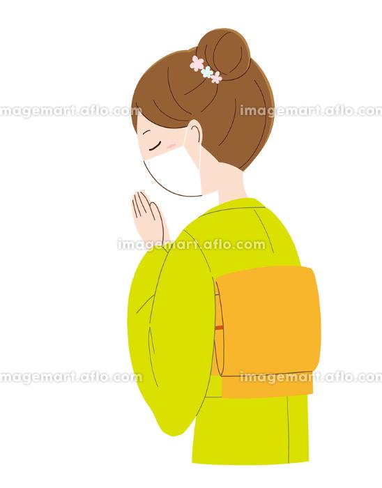 手を合わせ祈るマスクと着物姿の女性の販売画像