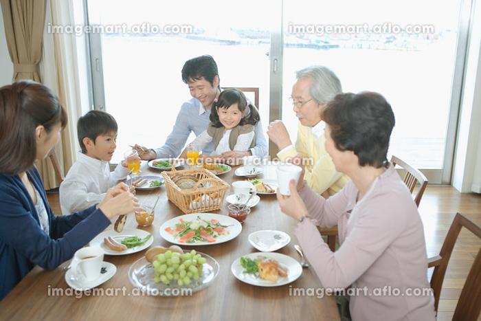 朝食を食べる家族の販売画像