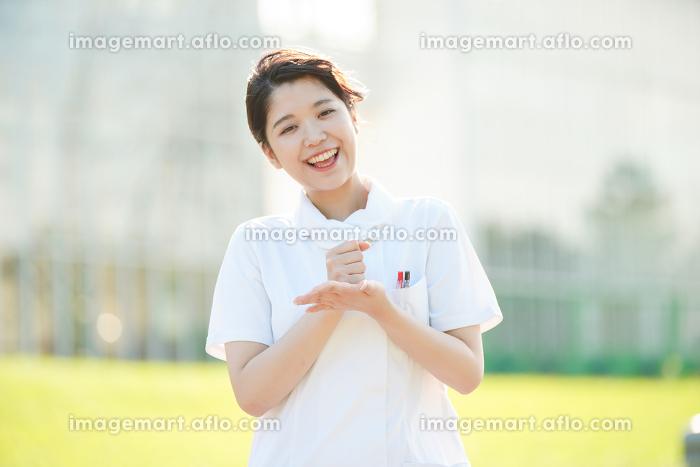 「納得」のポーズをする白衣の女性の販売画像