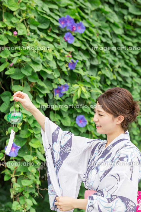 浴衣を着た女性 風鈴の販売画像