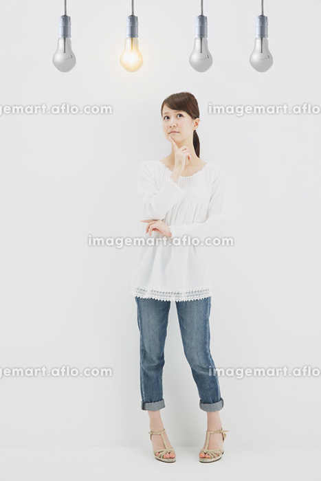 若い日本人女性と電球の販売画像