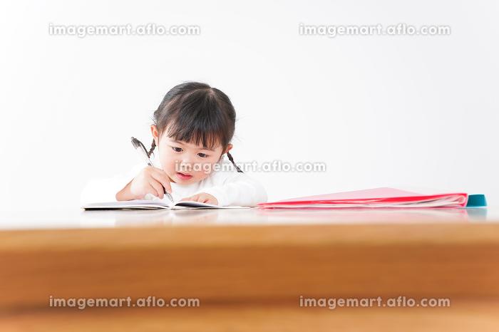 ひとりで勉強をする子どもの販売画像