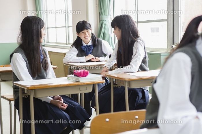 話し合う女子生徒