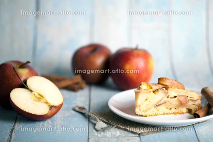 apple pie with apples and cinnamonの販売画像