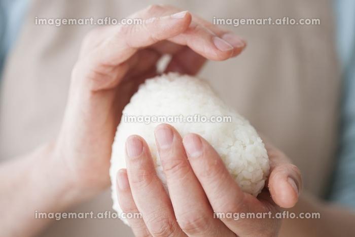 おにぎりを握る主婦の販売画像