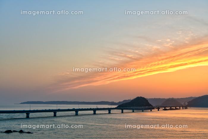 オレンジ色の美しい夕焼に包まれる角島大橋の販売画像