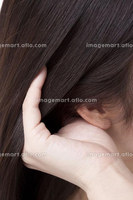 髪を撫でる女性の販売画像