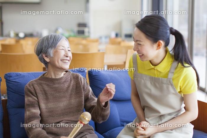 カラオケを楽しむおばあちゃんの販売画像