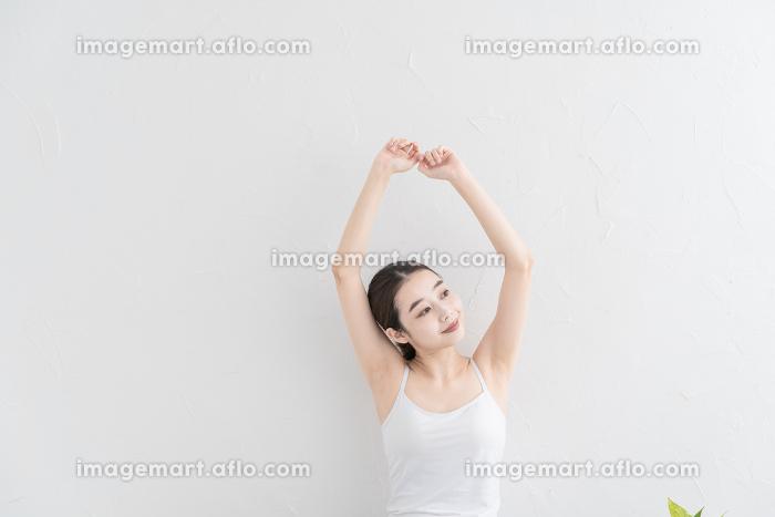 ストレッチ・体操をする女性の販売画像