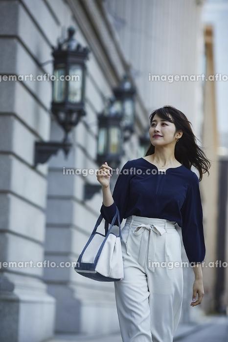街を歩く日本人女性のポートレートの販売画像
