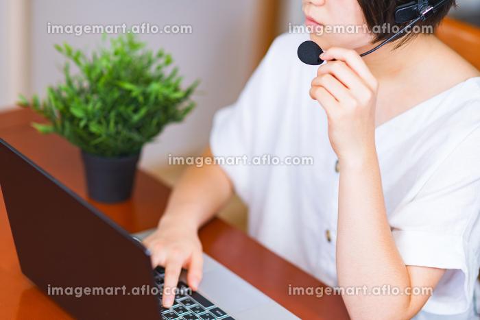 自宅リビングでインカムを使ってオンラインミーティング【ウィズコロナのニューノーマル】の販売画像