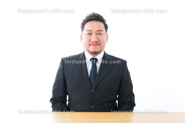 デスクワークをするビジネスパーソンの販売画像