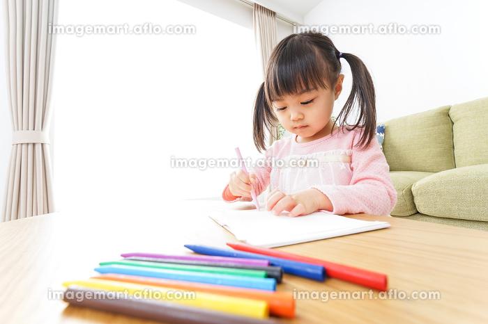 お絵かきをする子ども・教育イメージの販売画像