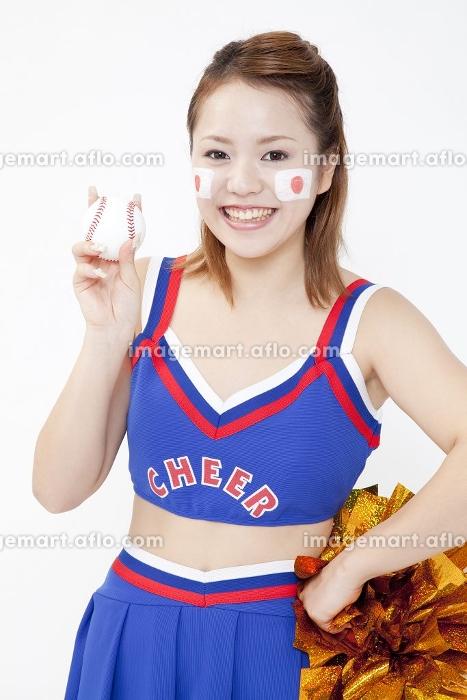 野球ボールを持って微笑むチアガールの販売画像