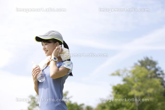 運動中に休憩する女性