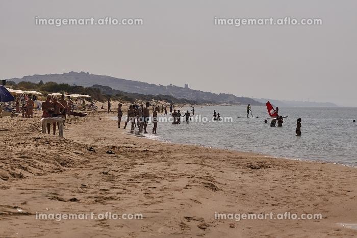 People walking on a beachの販売画像