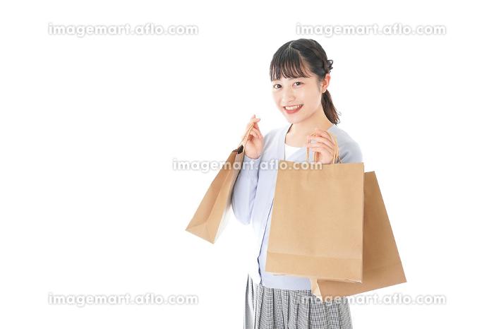 ショッピングを楽しむ若い女性の販売画像