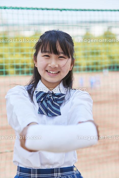 タオルを差し出す女子中学生の販売画像