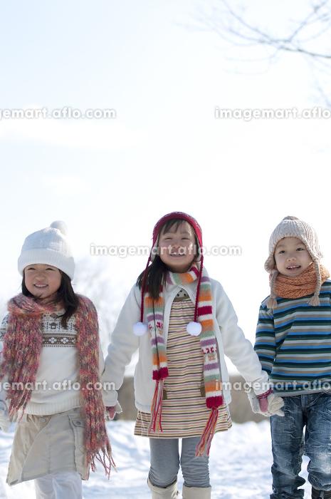 雪道を歩く子供たちの販売画像