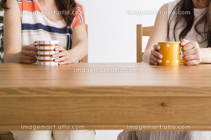 テーブルで会話する女性たち