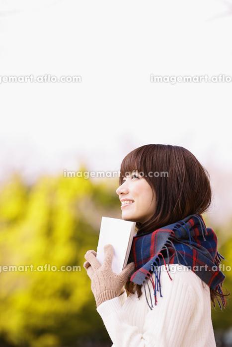 公園で本を読む日本人女性の販売画像