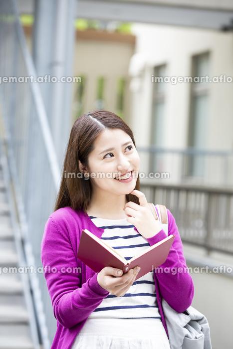 読書をする日本人女性の販売画像