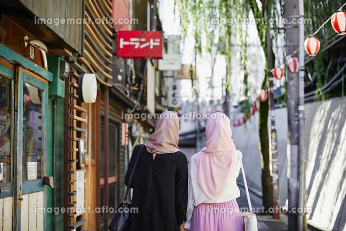 日本を観光するムスリムの女性の販売画像