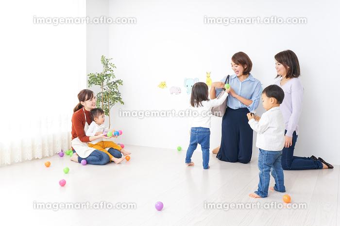 幼稚園の送り迎えをするビジネスウーマンの販売画像