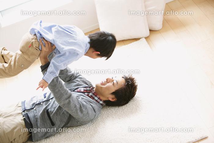 息子を持ち上げる父親の販売画像