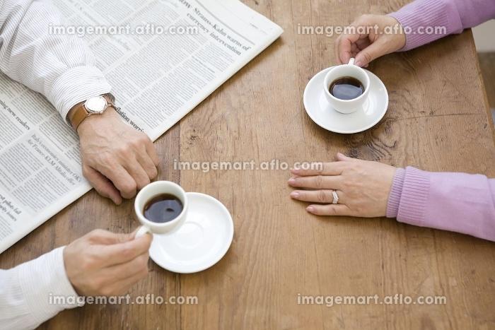 コーヒーを飲むシニア夫婦の手元の販売画像