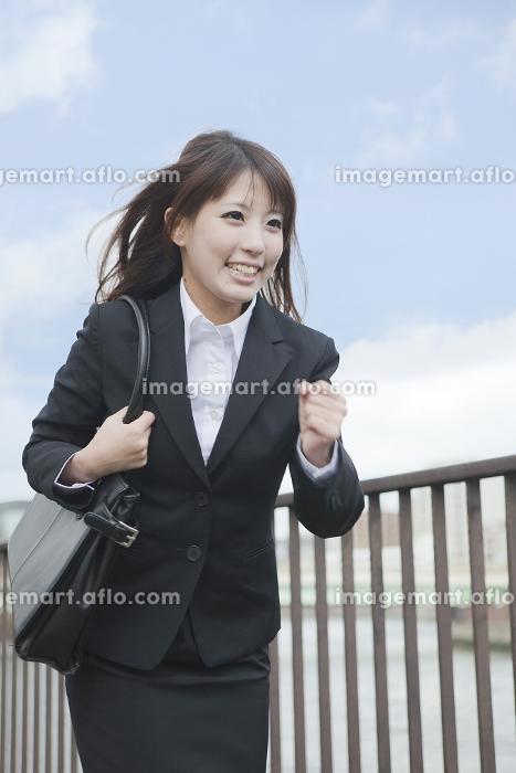走るビジネスウーマンの販売画像