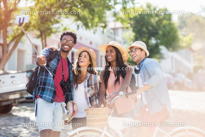 Group of friends taking selfieの販売画像