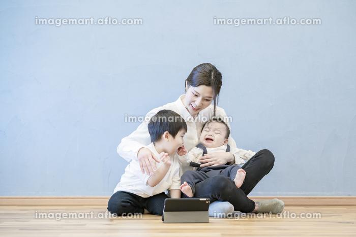 タブレットPCを使ってオンラインコミュニケーションを楽しむ親子の販売画像