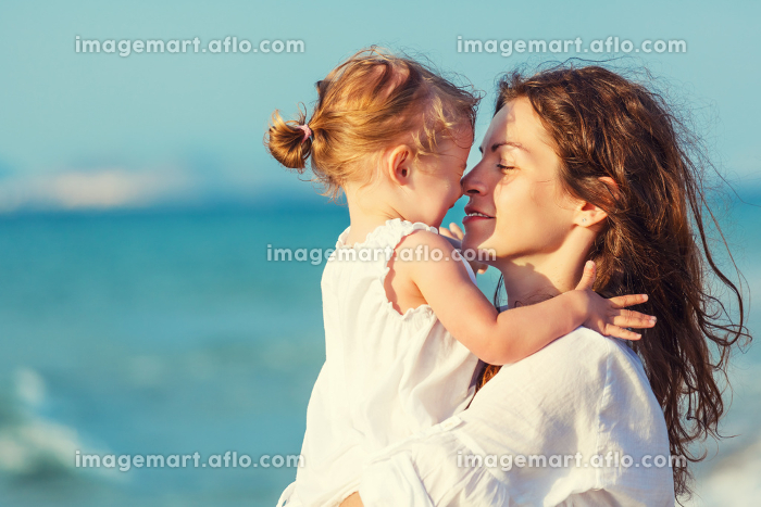 Mother and daughter on the beachの販売画像