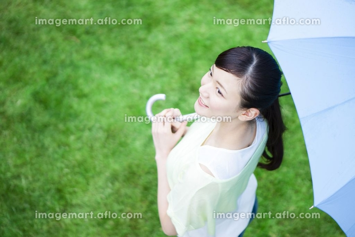 傘をさす女性の販売画像
