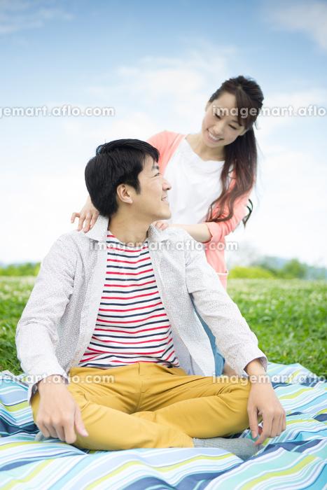 ピクニックをする夫婦
